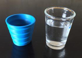 ぐい飲みに水を入れる